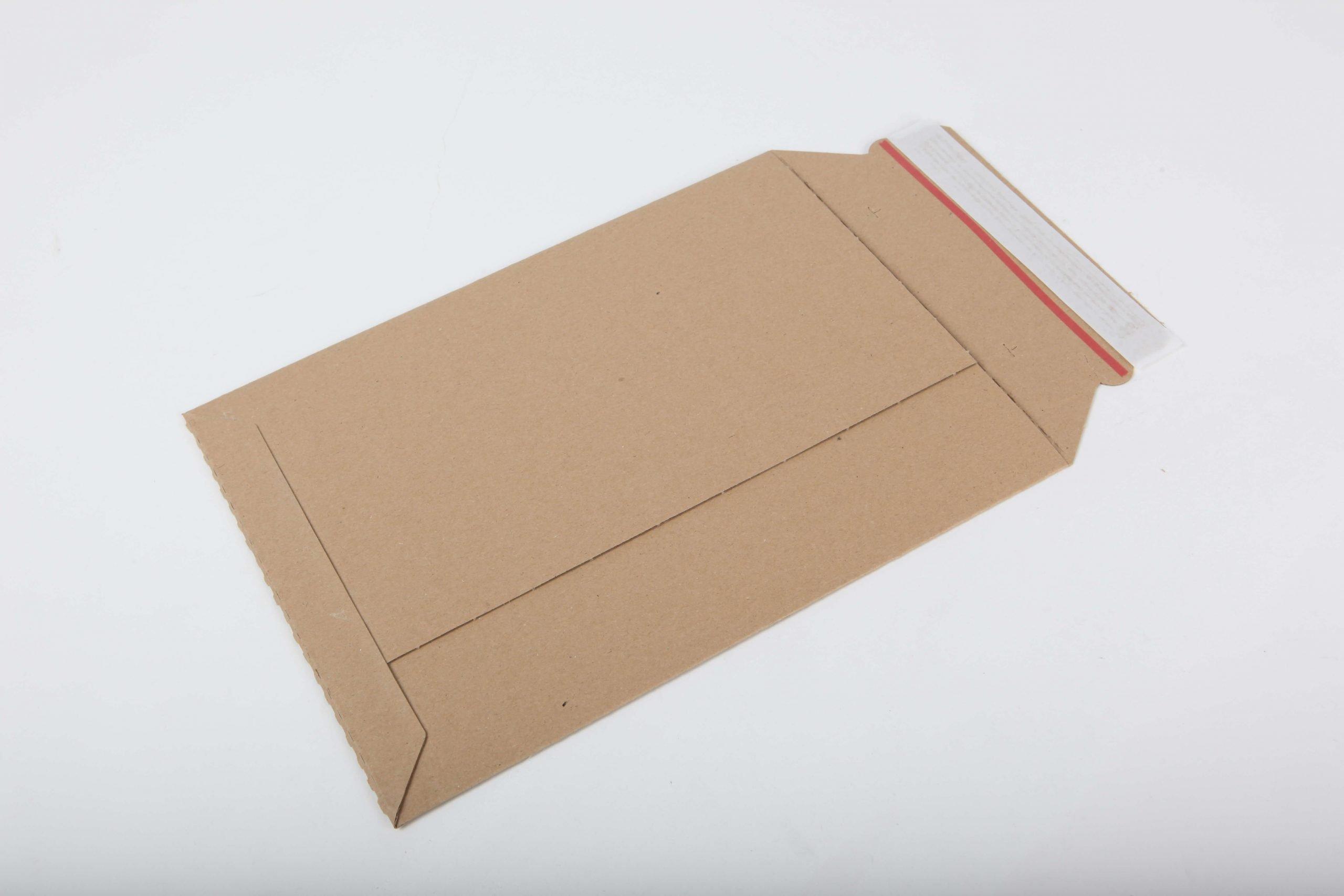 Enveloppe golfkarton + plakstrip